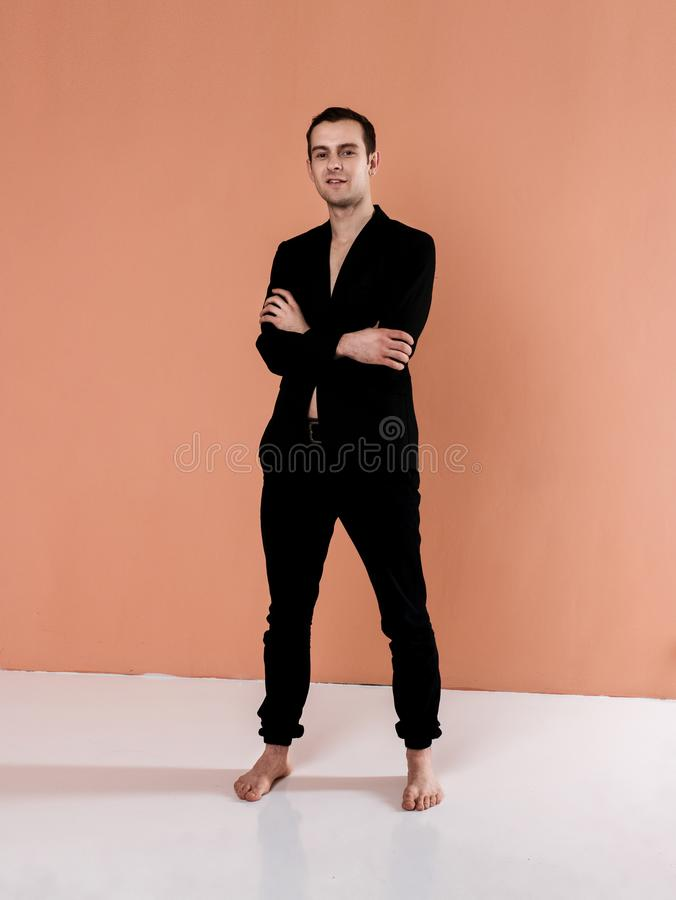 Современный артист балета в элементе танца исполнительского искусства шортов черноты с предпосылкой стоковые изображения rf