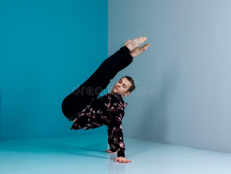 Современный артист балета в элементе танца исполнительского искусства шортов черноты с предпосылкой стоковая фотография rf