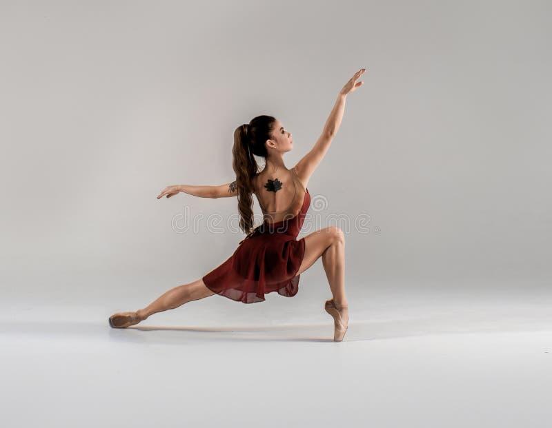 Современный артист балета, скачка исполнительского искусства балерины с пустой предпосылкой космоса экземпляра, izolated стоковые фотографии rf