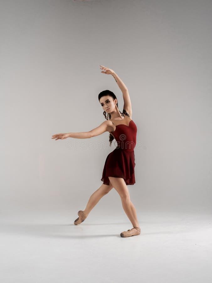 Современный артист балета, скачка исполнительского искусства балерины с пустой предпосылкой космоса экземпляра, izolated стоковое фото rf