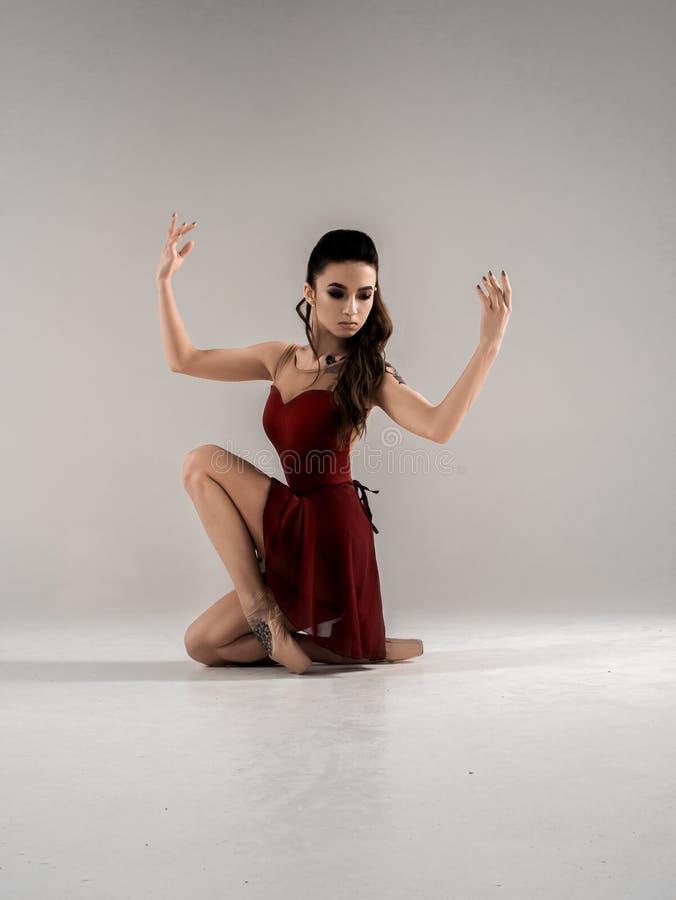 Современный артист балета, скачка исполнительского искусства балерины с пустой предпосылкой космоса экземпляра, izolated стоковая фотография