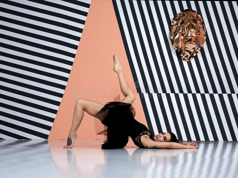 Современный артист балета, элемент танца исполнительского искусства балерины с предпосылкой космоса экземпляра стоковые фотографии rf