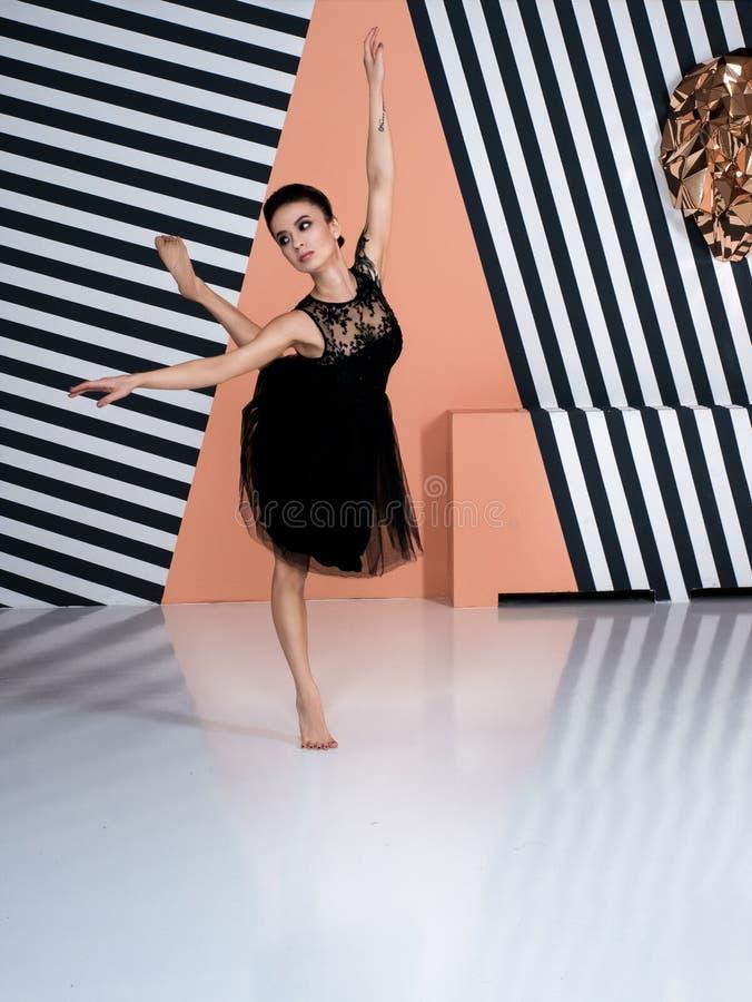Современный артист балета, элемент танца исполнительского искусства балерины с предпосылкой космоса экземпляра стоковые изображения rf