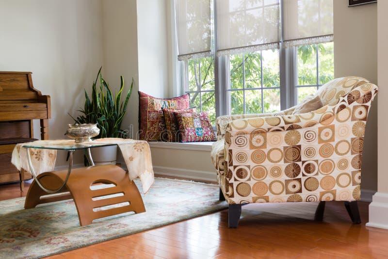 Современный архитектурноакустический домашний дизайн комнаты для гостей вертепа стоковые фотографии rf