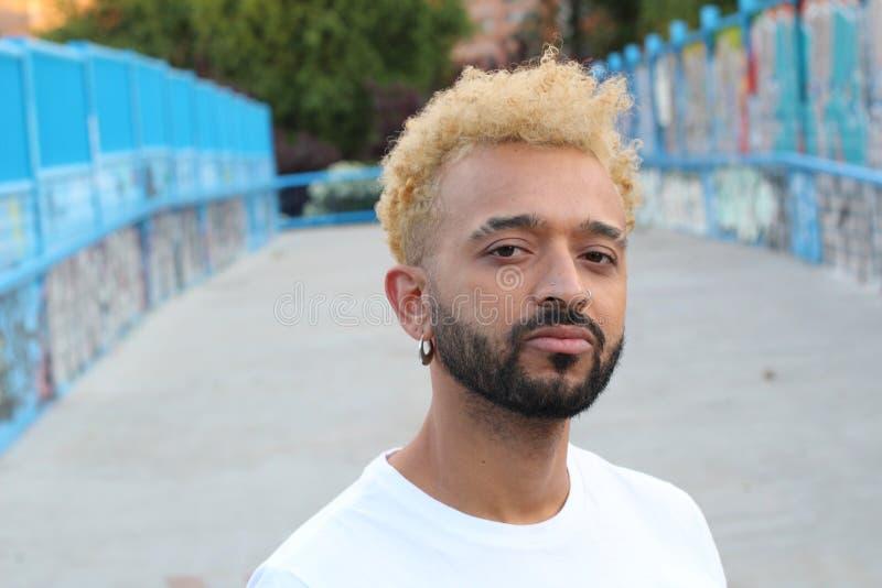 Современный Афро-американский человек с белокурыми покрашенными волосами стоковые изображения