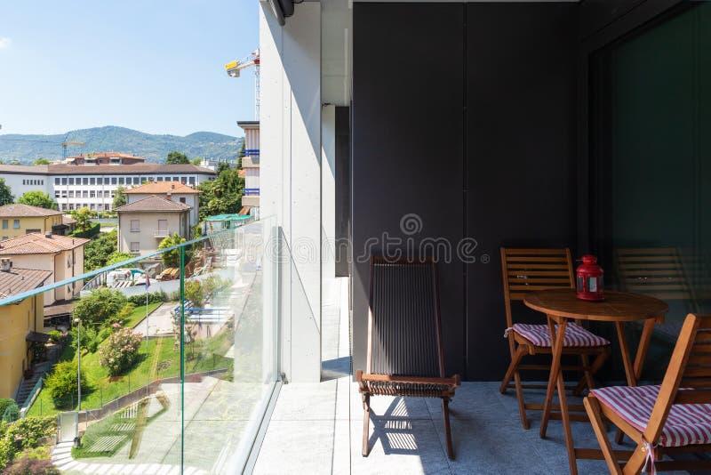 Современный балкон квартиры с стеклянным парапетом стоковые фотографии rf