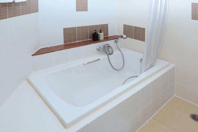 Современный бежевый интерьер ванной комнаты - взгляд сверху стоковые фото