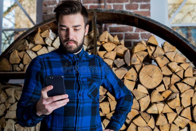 Современный бизнесмен используя посыльный на мобильном телефоне стоковые фотографии rf