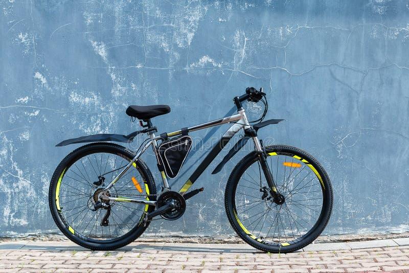 Современный велосипед горы около старой покрашенной стены стоковые изображения