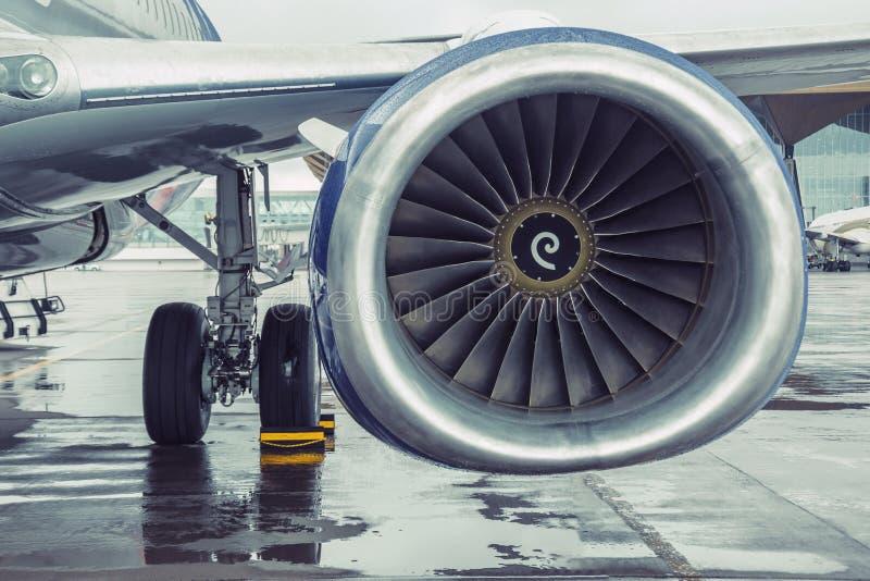 Современный вкладыш пассажирских самолетов припарковал, взгляд двигателя крыла стоковое изображение