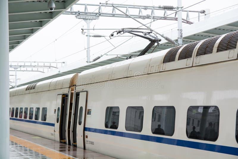 Современный высокоскоростной электрический поезд стоковая фотография rf