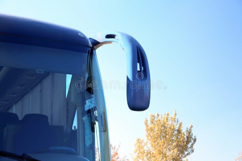 Современный голубой автобус против неба стоковое изображение rf