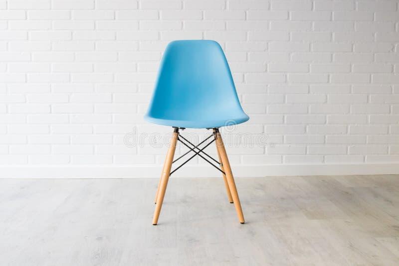 Современный голубой стул стоковые изображения