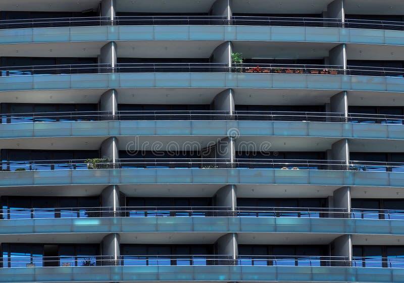 Современный голубой фасад здания сделанный из стали и стекла стоковое фото