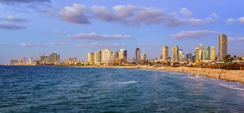 Современный горизонт города на вечере, Израиля Тель-Авив стоковые изображения rf