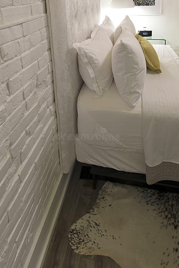 Современный гостиничный номер просторной квартиры - постельные бель стоковое изображение