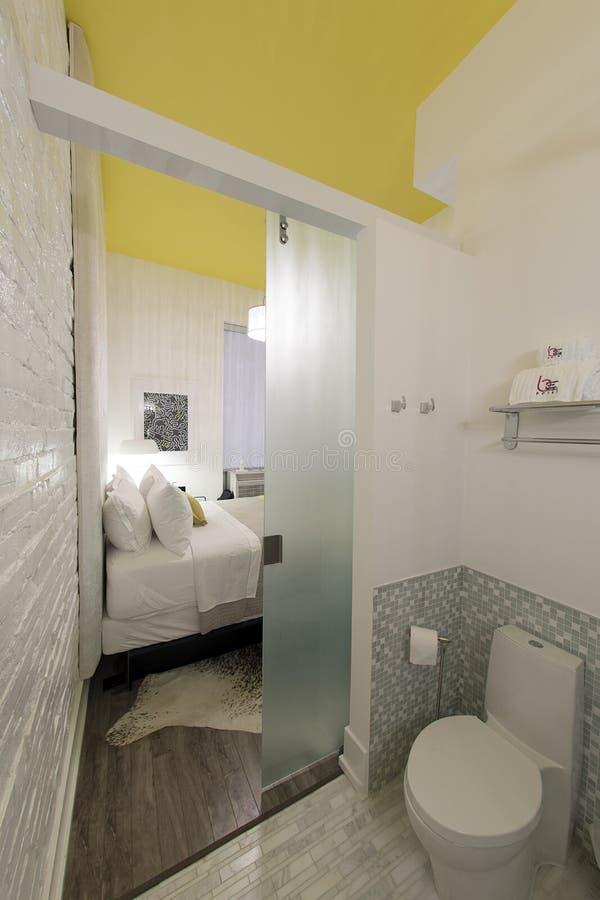 Современный гостиничный номер просторной квартиры - be650 Торонто стоковая фотография