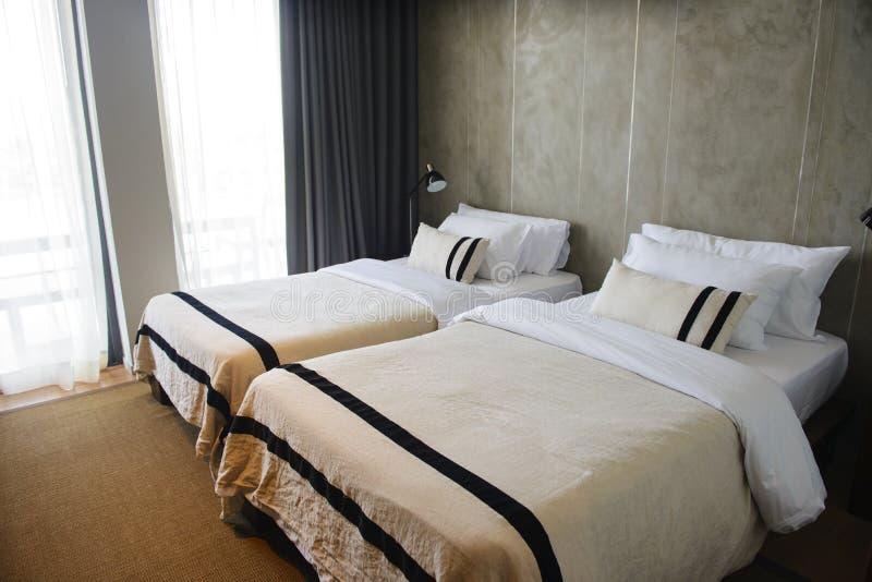 Современный гостиничный номер с двуспальными кроватями внутренними стоковое изображение rf