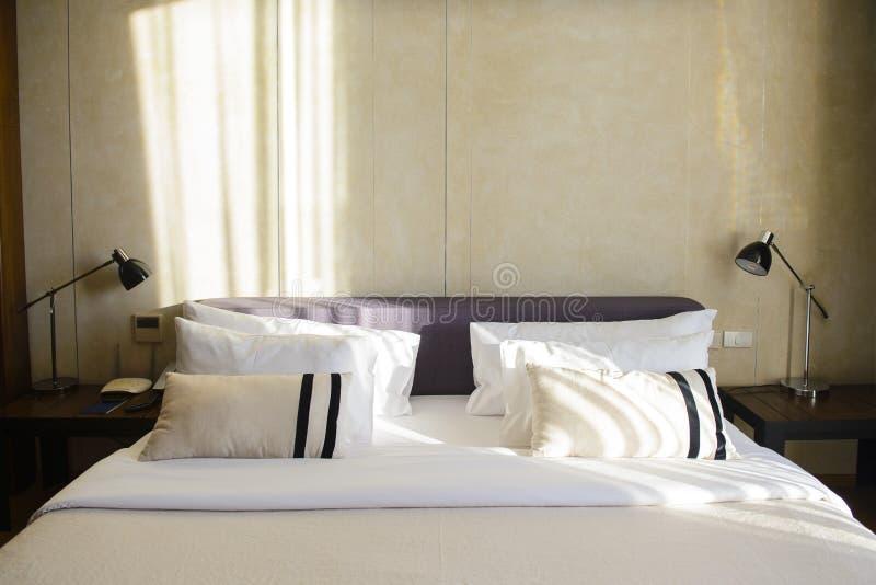 Современный гостиничный номер с кроватью, подушками и космосом экземпляра стоковые изображения rf