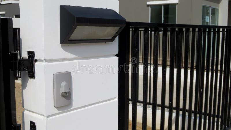 Современный дверной звонок с лампой стоковая фотография