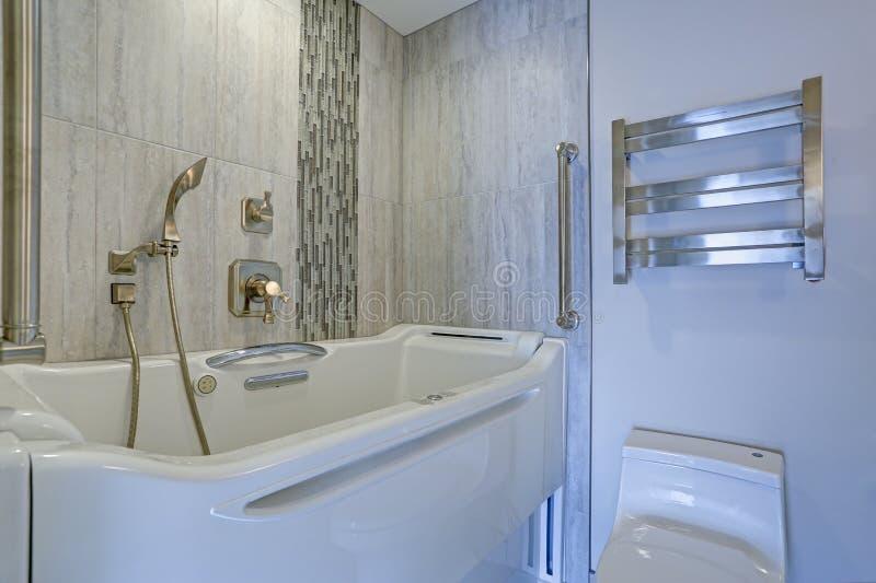 Современный дизайн ванной комнаты с джакузи Прогулк-в ванне стоковые изображения rf