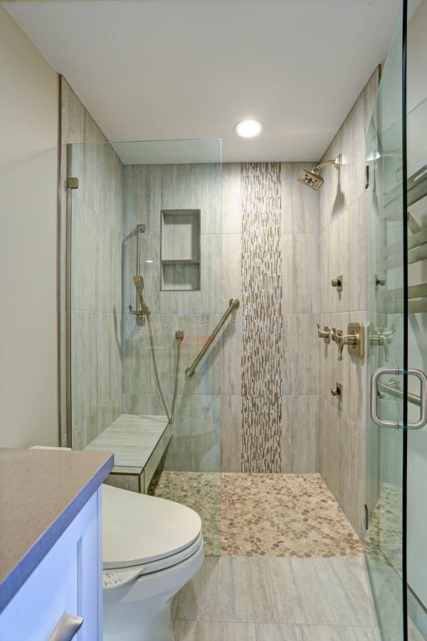 Современный дизайн ванной комнаты с душевой кабиной стоковые изображения rf