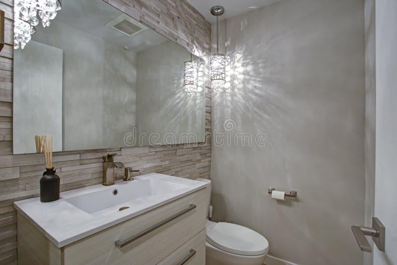 Современный дизайн ванной комнаты с плитками taupe линейными accent стена стоковые изображения rf
