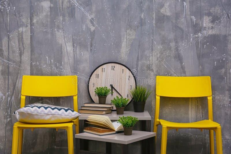Современный дизайн интерьера с желтыми стульями и меньшей таблицей стоковое фото rf