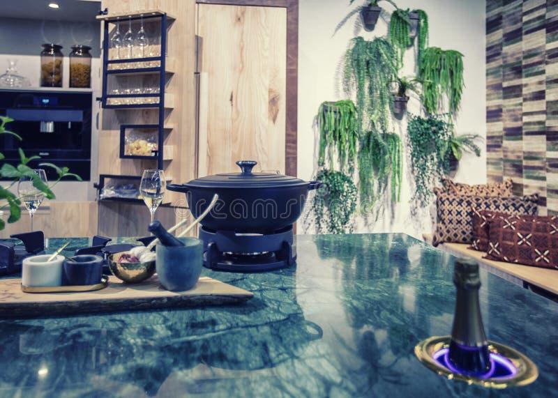Современный дизайн кухни стоковое фото rf