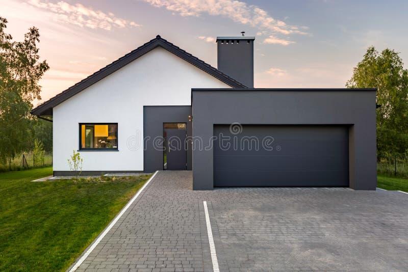 Современный дом с большим гаражом стоковые изображения rf