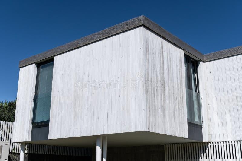 Современный дом с деревянным плакированием стоковое изображение rf