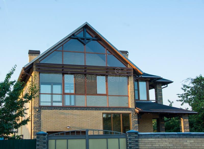 Современный дом с застекленным фасадом Дом кирпича с панорамными окнами стоковые фотографии rf