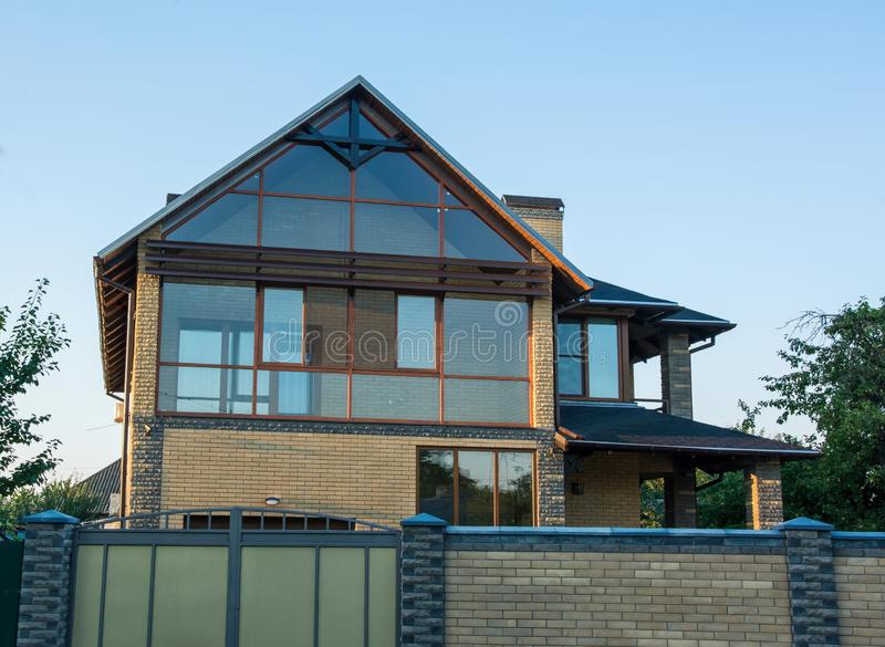 Современный дом с застекленным фасадом Дом кирпича с панорамными окнами Стеклянная стена стоковые фотографии rf