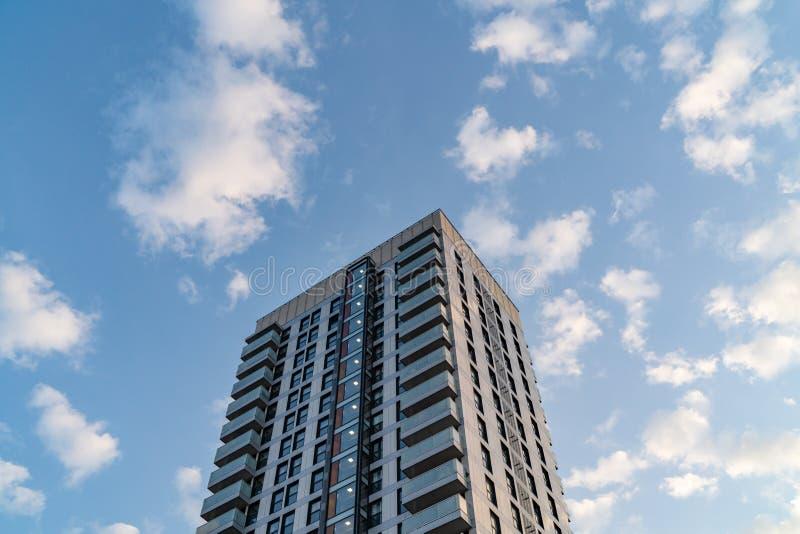 Современный жилой дом на солнечный день в городе Лондона стоковая фотография