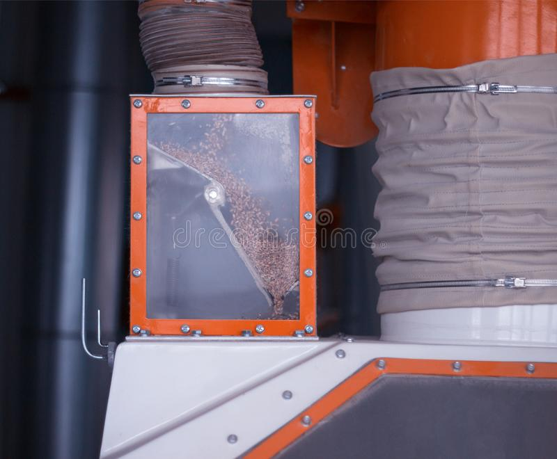 Современный завод для продукции муки и зерна обрабатывая, чистки мозоли, продукции, конца-вверх, индустрии стоковая фотография rf
