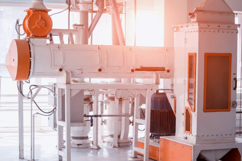 Современный завод для продукции хлопьев еды, мастерской продукции с оборудованием для делать хлопья, солнце, гроуты стоковые изображения rf