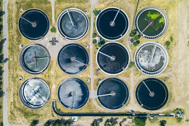Современный завод обработки сточных вод, взгляд сверху от трутня, формы танков седиментирования круглой стоковое фото rf