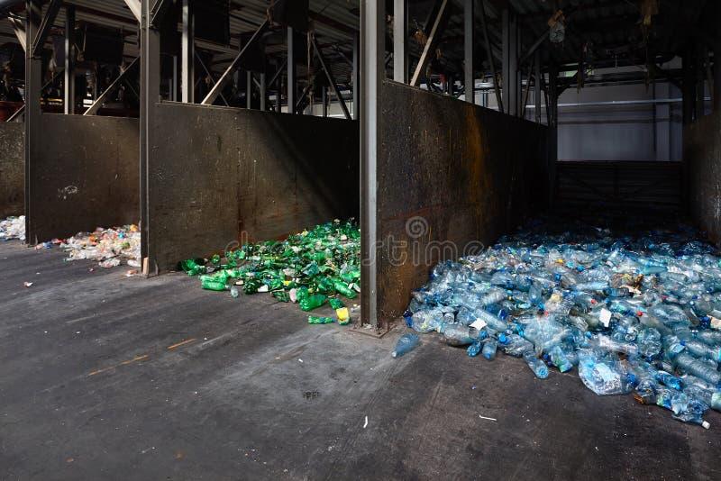 Современный завод отхода сортируя повторно используя Отдельное собрание и сортировать пластиковых ящиков для хранения бутылок ЛЮБ стоковые фото