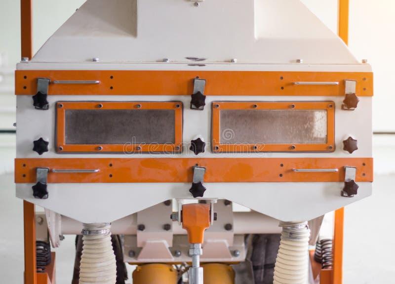 Современный завод по обработке зерна, оборудование на заводе для очищая зерна от отброса, очищая зерна стоковое изображение