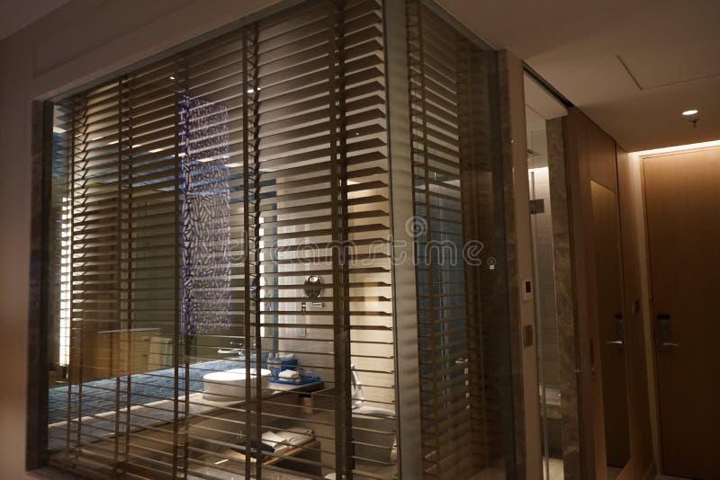 современный занавес на стене зеркала комнаты ванны стоковое изображение rf