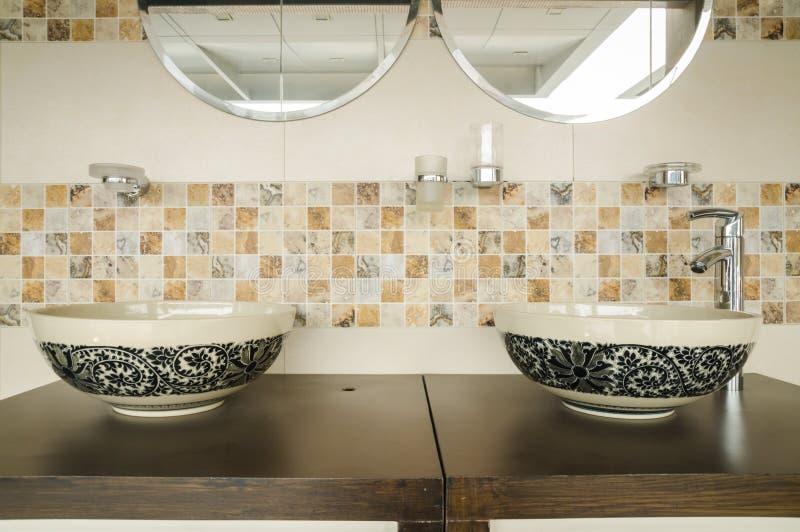 Современный дизайн интерьера стиля ванной комнаты стоковая фотография
