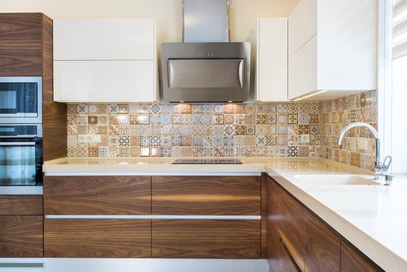 Современный дизайн кухни в свете, яркий интерьер стоковые изображения rf
