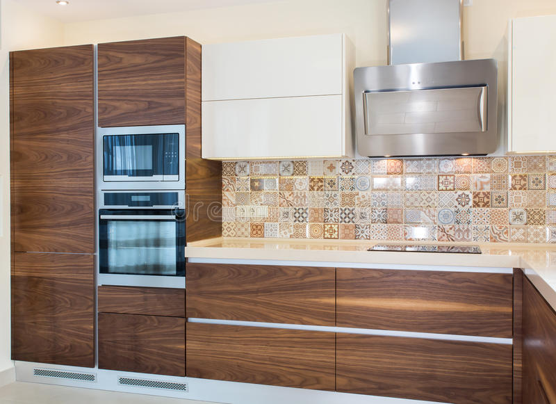 Современный дизайн кухни в свете, яркий интерьер стоковая фотография rf