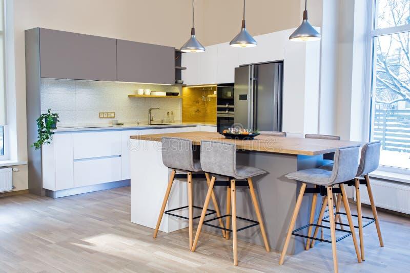 Современный дизайн кухни в светлом интерьере стоковые изображения rf
