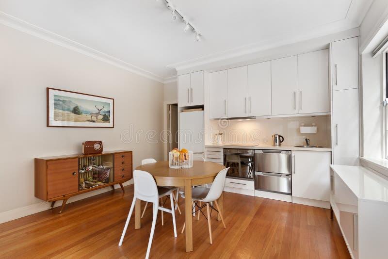 Современный изысканный интерьер кухни стоковые фото
