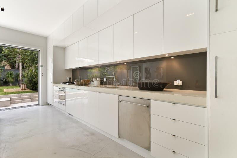 Современный изысканный интерьер кухни стоковое изображение rf