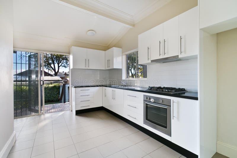 Современный изысканный интерьер кухни стоковая фотография rf