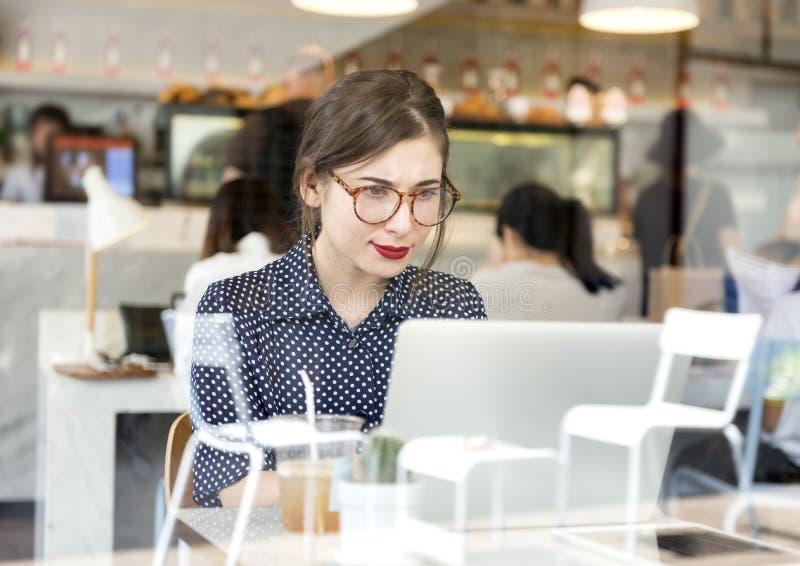 Современный интернет отдыха соединения ослабляет концепцию женщины стоковое изображение