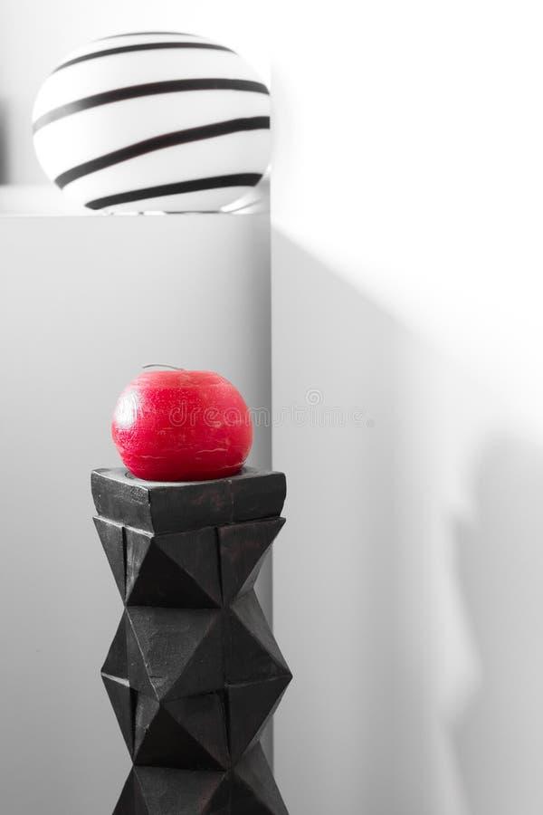 Современный интерьер; лампа и красная свеча стоковое изображение rf