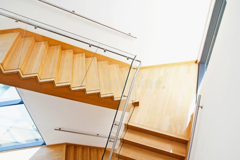 Современный интерьер архитектуры с деревянными лестницами стоковое фото